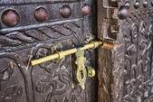 Ancienne écluse sur une porte en bois — Photo
