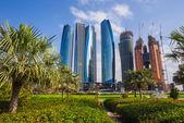 Mrakodrapy v abu dhabi, spojené arabské emiráty — Stock fotografie