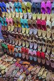 Colorful shoes in souk Dubai — Stockfoto