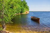 Barca in legno sulla riva del fiume — Foto Stock