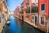 在威尼斯狭窄运河 — 图库照片