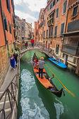 Turister resa på gondoler — Stockfoto