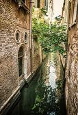 Canal estrecho en italia — Foto de Stock
