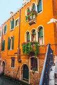 Canal estrecho en venecia — Foto de Stock