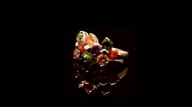 Gouden ring met een steen — Stockvideo