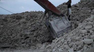 鉄鉱石と読み込まれている重い鉱山ダンプ トラック — ストックビデオ