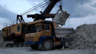 Mineraria pesante camion caricati con minerali di ferro — Video Stock