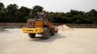 Excavator transports rubble — Vídeo Stock