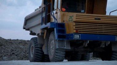 Demir cevheri ile yüklenen ağır incelemesi damperli kamyon — Stok video