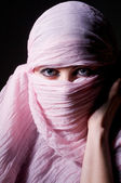 Vrouw in roze hijab — Stockfoto