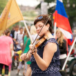 Woman plays at violin on the street — Stock Photo