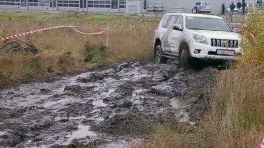 Car driving slips in dirt — Stock Video