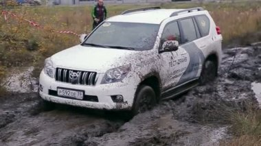 Car slips in dirt — Stock Video