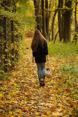 Girl walks on leaves — Foto Stock