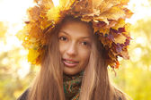 Girl in yellow leaves crown — Stockfoto