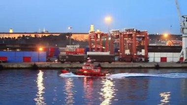 Red tug boat in sea port — Stock Video