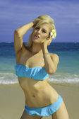 Tjej i bikini på en strand i hawaii — Stockfoto