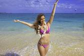 Dívka v plavkách na pláži — Stock fotografie