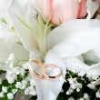 Gold wedding rings on flower - Foto de Stock  