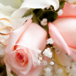 Gold wedding rings on flower - Foto Stock