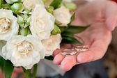 新郎の手にゴールドの結婚指輪 — Stockfoto