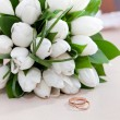 Gold wedding rings on flower . Decorating the wedding ceremony. - Stock fotografie