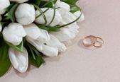 Bagues de mariage or sur fleur. décoration de la cérémonie de mariage. — Photo