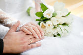 Hands of the groom and the bride with wedding rings — Foto de Stock