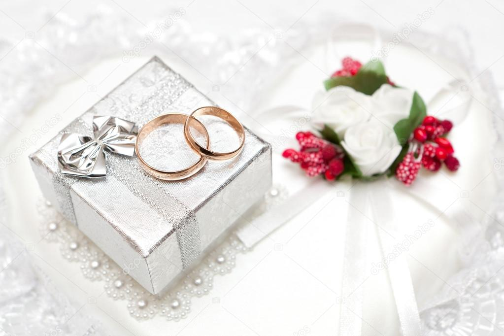 Wedding Gift Deposit Box : Wedding rings, gift box and flowers for the bride.Stock Photo ...