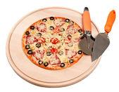 готовьте пиццу на разделочную доску с круглый нож и шпателем. изолированные — Стоковое фото