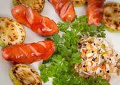 Salchichas a la plancha con arroz y vegetales — Foto de Stock