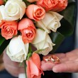 Gold wedding rings on a hand of the groom  — Stockfoto