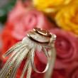 Gold wedding rings on flower . Decorating the wedding ceremony.  — Stock Photo