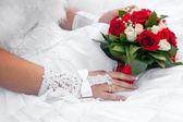 Ramo de novia de flores en manos de la novia — Foto de Stock