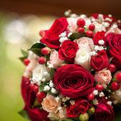 Un hermoso ramo de novia en una fiesta de bodas — Foto de Stock