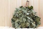 Z větví dubu koště pro ruské sauna. na dřevěné — Stock fotografie