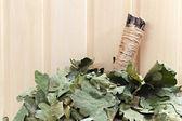 Van de takken van een eiken bezem voor Russische sauna. op een houten — Stockfoto