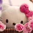 Pink roses in a basket and white kitten toy — Foto de Stock
