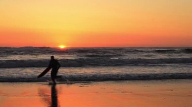 Surfer at sunset — Stock Video