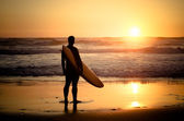 Surfer watching the waves — Stock Photo