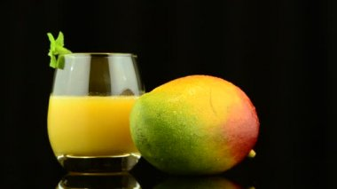 Ripe appetizing mango with juice — Stock Video