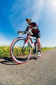 骑单车的男子 — 图库照片