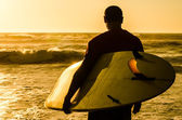 Surfer watching the waves — Photo