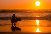 Surfare tittar på vågorna — Stockfoto