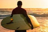 Surfista mirando las olas — Foto de Stock