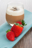 Chocolate mousse and strawberries — Stock Photo