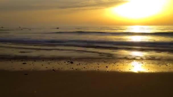 Coucher de soleil timelapse avec les vagues viennent s'écraser sur terre — Vidéo
