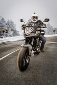 Motociclista na estrada — Foto Stock