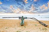 Barco de pesca contra o fundo por do sol — Fotografia Stock