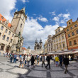 Tourists walk around the Old Town Square in Prague waiting for s — Foto de Stock